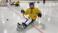 Acme-säätiön lahjoitus tuo jääkiekkokelkkoja ja koripallopelituoleja nuorille.