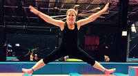 Liikunnanopettaja Tiina Kirjavainen on koko vartalolla mukana, jotta kaikki lapset saisivat liikkua.